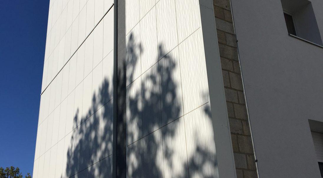 Lieu : La Rochelle (17),  Type de construction : réhabilitation,  Système de pose : bardage sans ossature (BSO),  Produit : LISSE et DUNE