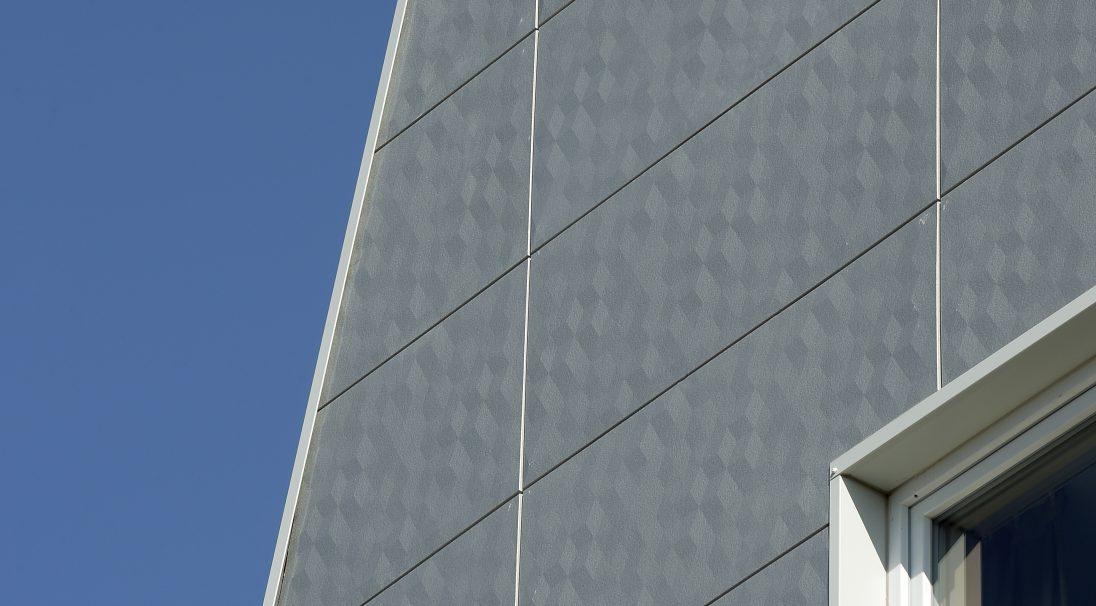 Lieu : Meyzieu (69),  Architectes : Lieux-Dits,  Type de construction : neuf,  Système de pose : bardage sans ossature (BSO),  Produit : DUNE, LISSE et PIXEL