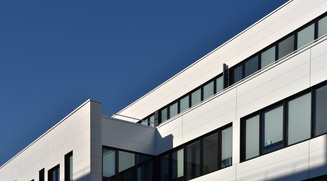 Standort: Saint-Denis (Frankreich),  Architekten: Cabinet Thual Buret,  Art der Konstruktion: Neubau,  Verlegesystem: Verkleidung mit Unterkonstruktion (VmU),  Verwendetes Produkt: MATT
