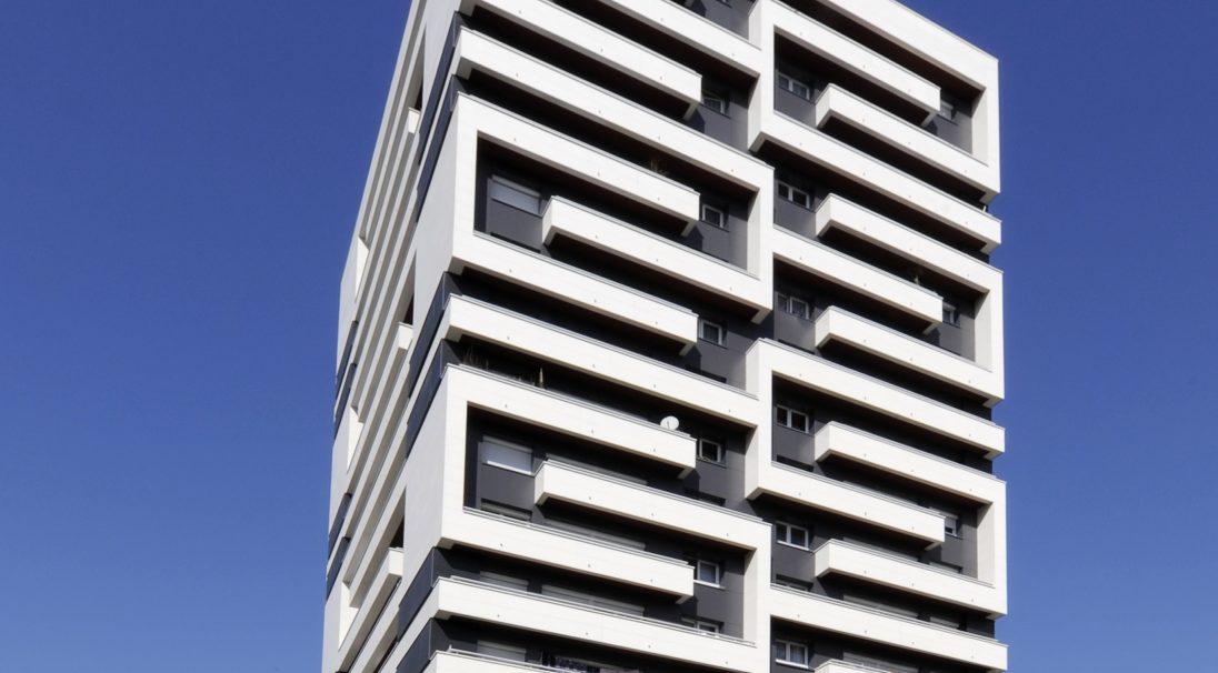 Lieu : Paris 19e (75),  Type de construction : rénovation,  Système de pose : bardage avec ossature (BAO),  Produit : MAT VELOUTÉ et RHODES