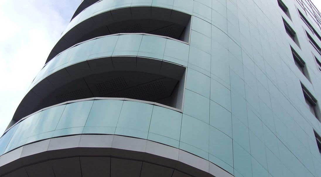 Lieu : Leeds (Angleterre),  Architecte : Cary Jones,  Type de construction : neuf,  Système de pose : bardage avec ossature (BAO),  Produit : LISSE BRILLANT, RHODES